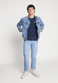 Jack & Jones - JORFLEXX TEE CREW NECK - T-shirt z nadrukiem - navy blazer - 1