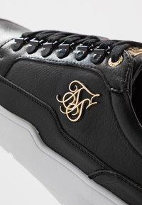 SIKSILK - D-RING PURSUIT - Sneakers basse - black/burgundy - 5