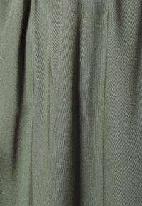 Vero Moda - VMDEBBIE PLEAT - T-shirt med print - laurel wreath - 2
