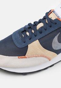 Nike Sportswear - DBREAK TYPE UNISEX - Zapatillas - thunder blue/white/sail-grain/campfire orange/black - 5