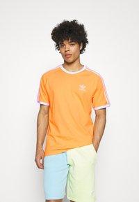 adidas Originals - STRIPES TEE - T-shirt med print - hazy orange - 3