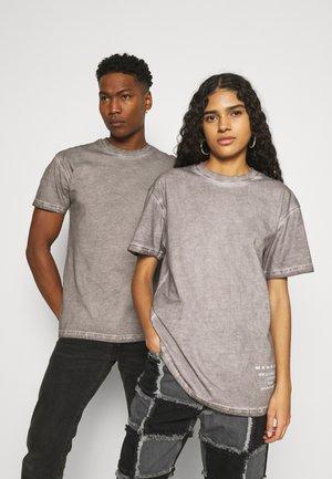 ON THE RUN PIGMENT DYE UNISEX - T-shirt med print - dark grey