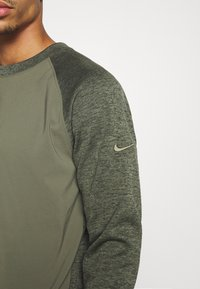 Nike Golf - DRY PLAYER CREW - Mikina - medium olive/sequoia - 5
