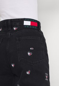 Tommy Jeans - MOM TAPERED - Relaxed fit jeans - denim black - 3