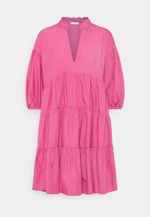 LORETTA - Denní šaty - fuxia