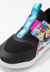 Nike Performance - FLEX RUNNER FABLE - Neutrální běžecké boty - black/white/fire pink/blue fury - 2