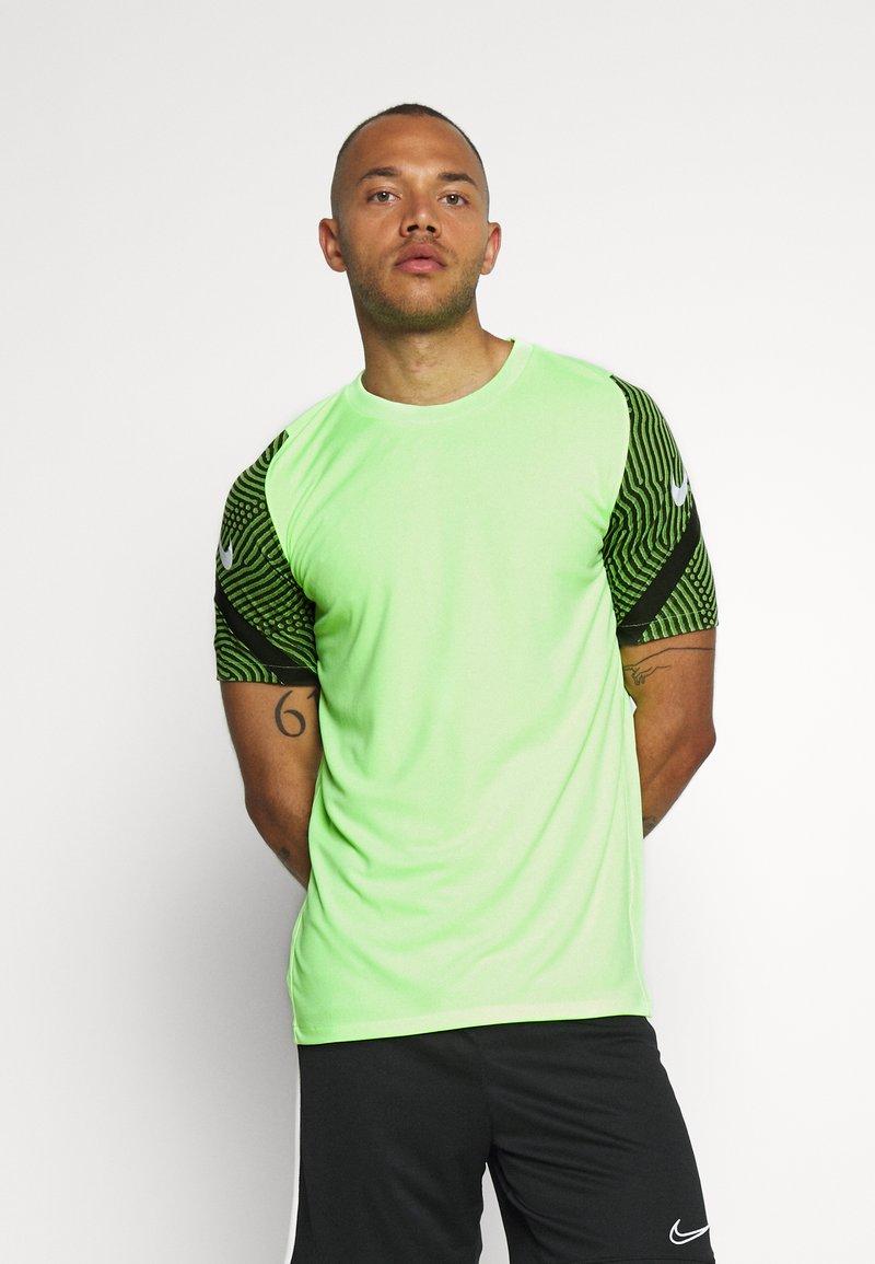 Nike Performance - DRY STRIKE - T-shirts med print - ghost green/cargo khaki/white