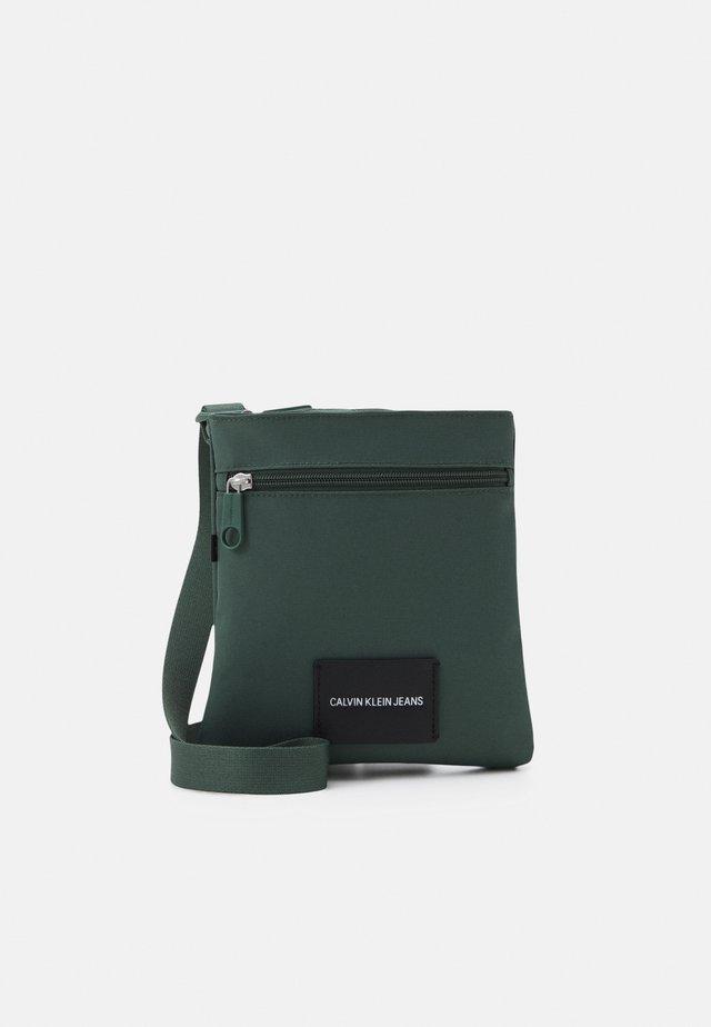 MICRO FLATPACK UNISEX - Taška spříčným popruhem - green