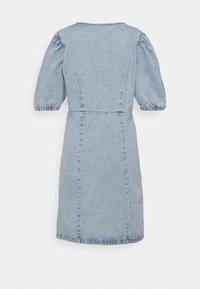 PIECES Tall - PCGILI V NECK DRESS - Vestito di jeans - light blue denim - 1