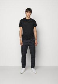 Emporio Armani - T-shirt med print - black - 1