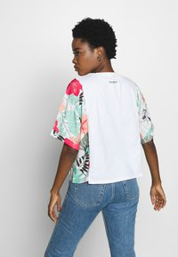 Desigual - HONOLULU - T-shirt z nadrukiem - blanco - 2