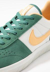 Nike SB - TEAM CLASSIC - Skateschoenen - bicoastal/celestial gold/summit white - 5