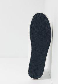 Levi's® - WOODWARD - Sneakers - regular white - 4