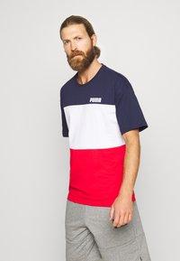 Puma - CELEBRATION COLOUR BLOCK TEE - T-shirt imprimé - peacoat - 0
