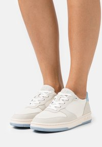 Clae - VEGAN MALONE - Sneakersy niskie - white/blue/fog - 0