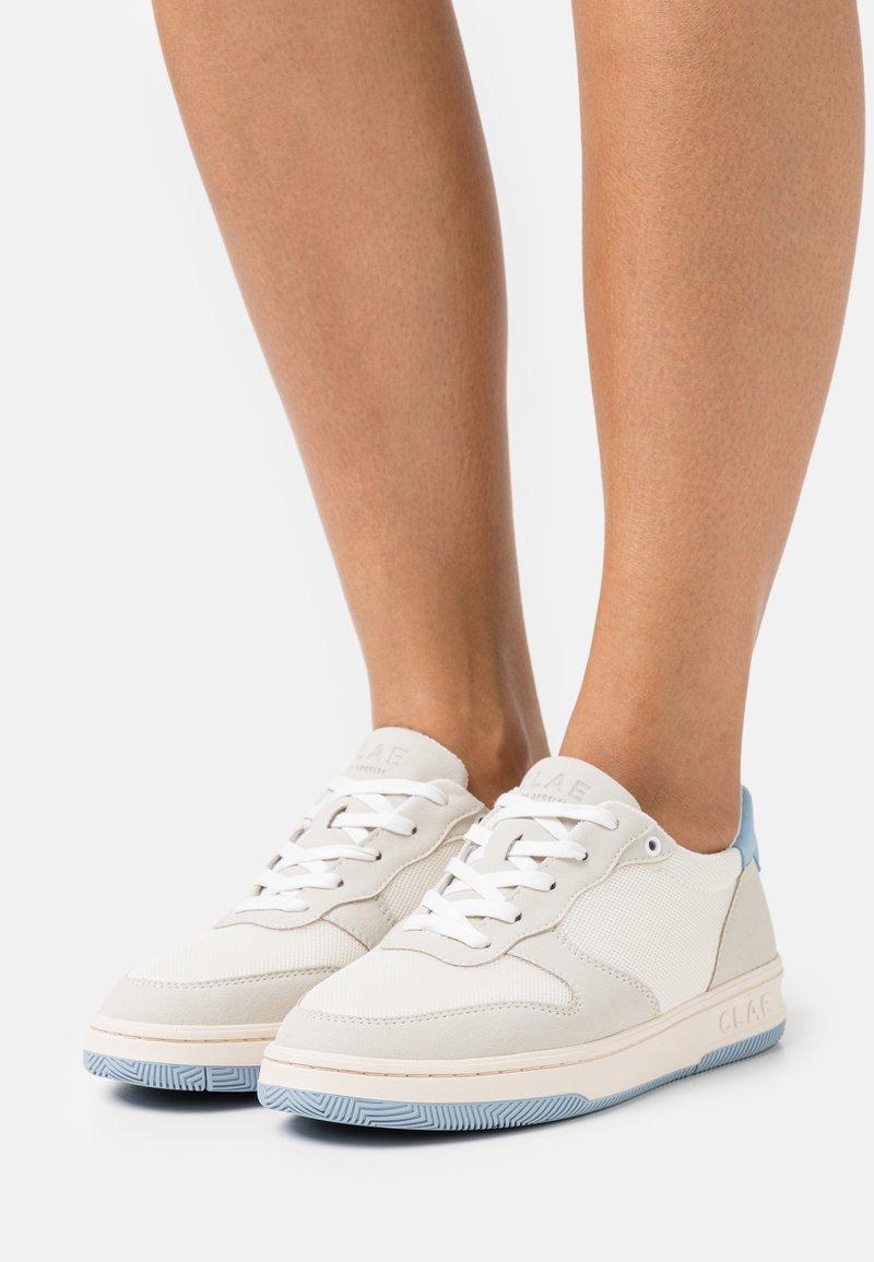 Clae - VEGAN MALONE - Sneakersy niskie - white/blue/fog