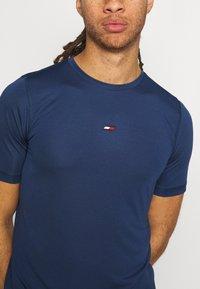 Tommy Hilfiger - MOTION FLAG TRAINING TEE - Basic T-shirt - blue - 5
