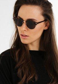 KIOMI - Sunglasses - brown - 1