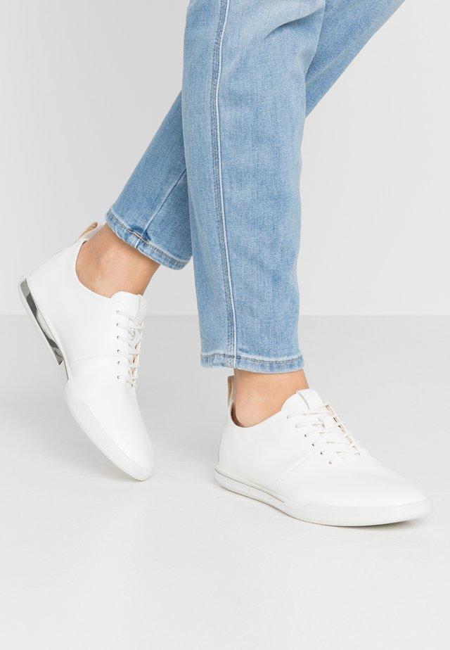 ECCO SIMPIL II W - Volnočasové šněrovací boty - white