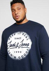 Jack & Jones - JORSPRAYED CREW NECK - Sweatshirt - navy blazer - 3