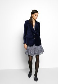 MICHAEL Michael Kors - RUFFLE WRAP DRESS - Hverdagskjoler - black/vintage blue - 1