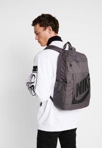 Nike Sportswear - ELEMENTAL UNISEX - Mochila - thunder grey/black - 1