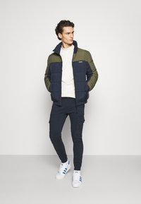 Jack & Jones - JJIPAUL JJFLAKE  - Cargo trousers - navy blazer - 1