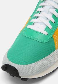 Nike Sportswear - DBREAK TYPE UNISEX - Trainers - stadium green/white/gold/black - 7