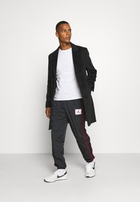 Jordan - FLIGHT WARMUP PANT - Trainingsbroek - black/university red - 1