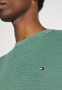 Tommy Hilfiger - ZIG ZAG STRUCTURE - Stickad tröja - glazed green - 6