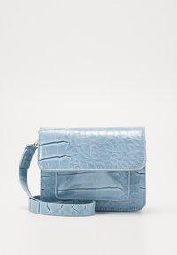 HVISK - CAYMAN MINI - Taška spříčným popruhem - dusty blue - 0
