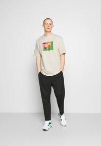 Puma - DOWNTOWN GRAPHIC TEE - Print T-shirt - birch - 1
