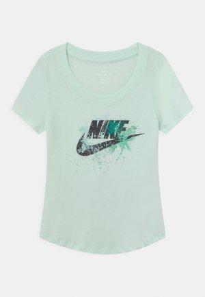 SCOOP FUTURA - T-shirt z nadrukiem - barely green