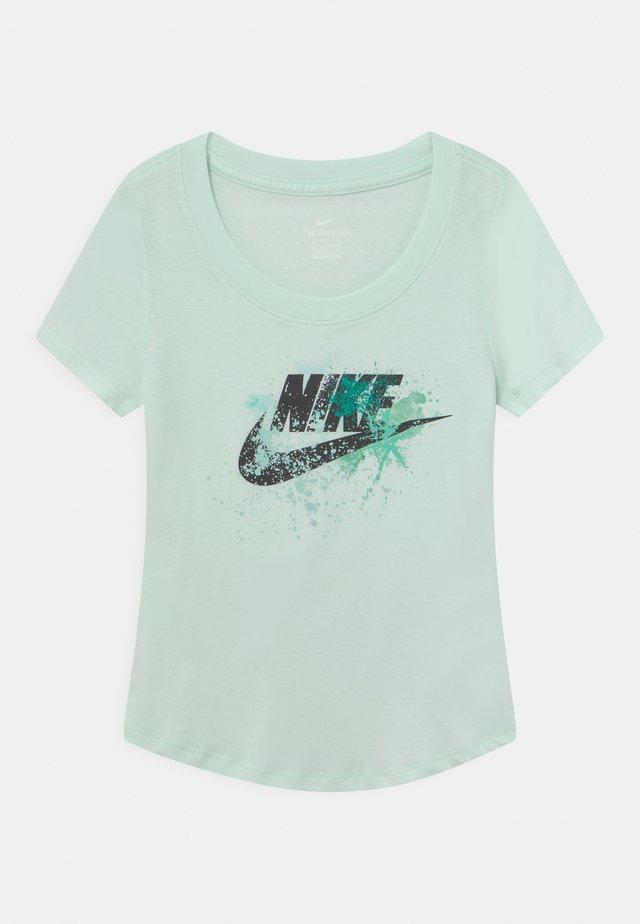 SCOOP FUTURA - Print T-shirt - barely green