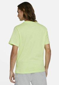 Nike Sportswear - TEE MANGA PHOTO - Print T-shirt - light liquid lime - 2