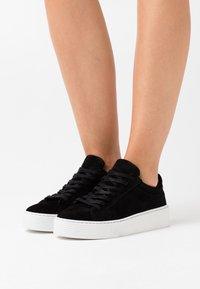 Vero Moda Wide Fit - VMKELLA WIDE FIT - Zapatillas - black - 0