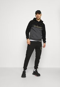 Glorious Gangsta - HERVOS JOGGERS - Tracksuit bottoms - black - 1
