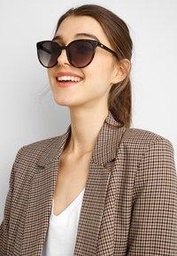 Le Specs - ARMADA - Sluneční brýle - tort - 1