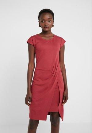 THAILA HELENA DRESS - Jerseyklänning - brown bordeaux