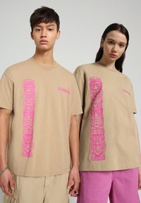 Napapijri - S-HAENA - T-shirt med print - mineral beige - 2