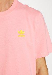 adidas Originals - FRONT BACK TEE - T-shirt imprimé - glory pink/yellow - 4