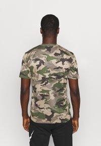 Nike Performance - TEE CAMO - T-shirt con stampa - khaki - 2