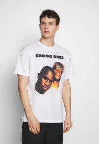Chi Modu - SHOOK ONES - Print T-shirt - white / black - 0