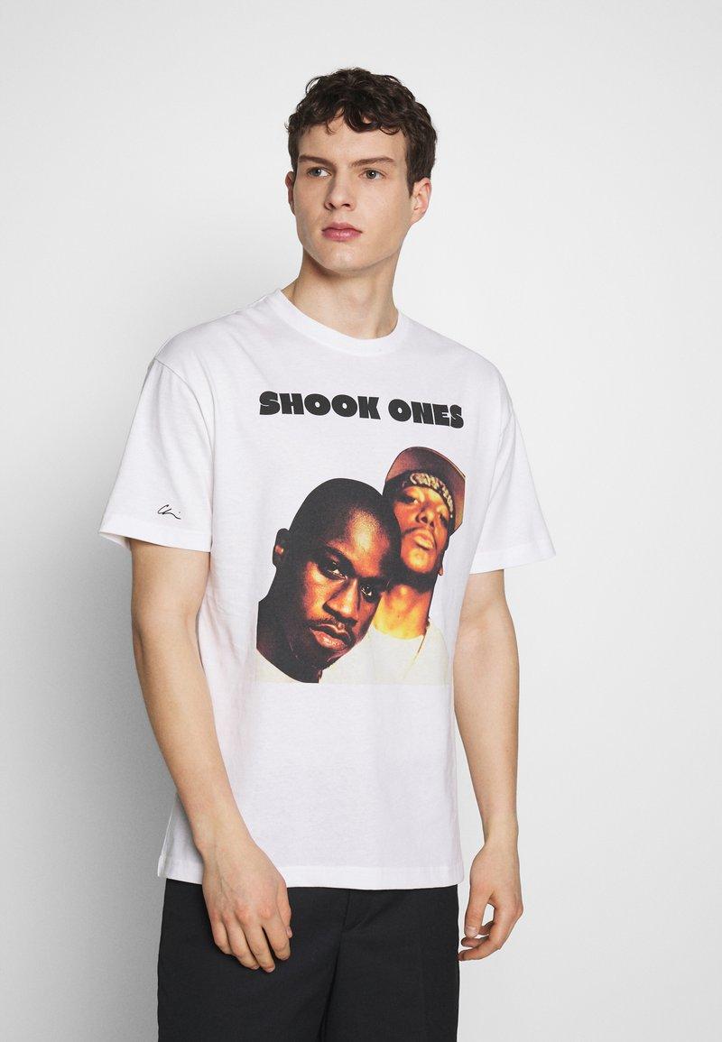 Chi Modu - SHOOK ONES - Print T-shirt - white / black