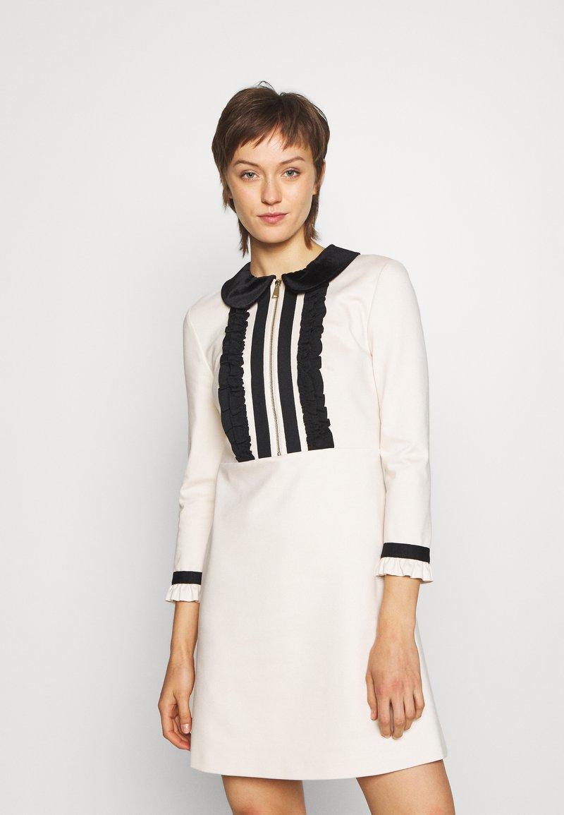 TWINSET - MIT RÜSCHEN - Strikket kjole - white