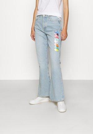 MONO LOGO PRINTED BROOKE LIGHT VINTAGE - Bootcut jeans - light blue denim