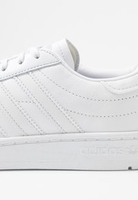 adidas Originals - TEAM COURT SPORTS INSPIRED SHOES - Tenisky - footwear white/dash grey - 2