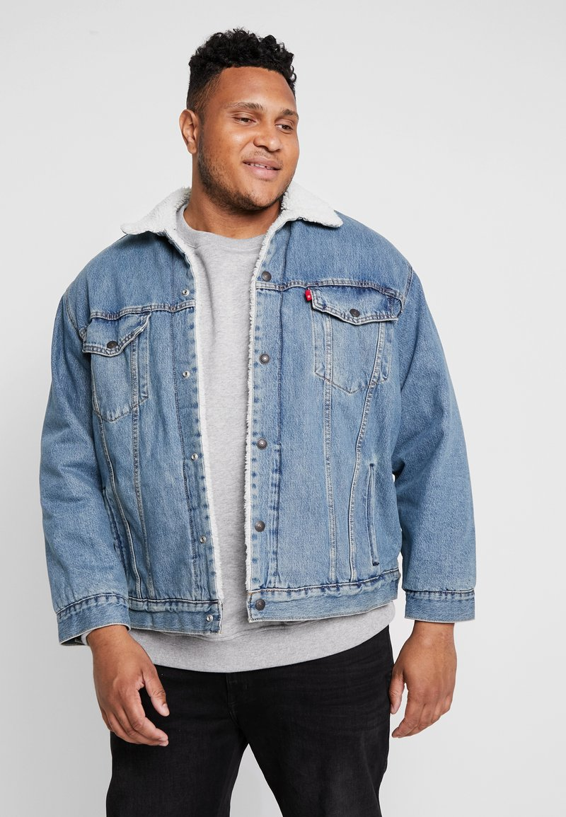 Levi's® Plus - BIG SHERPA TRUCKER - Veste en jean - blue denim