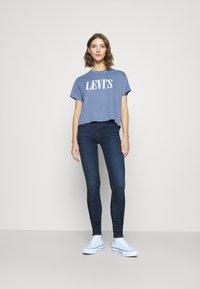 Levi's® - GRAPHIC VARSITY TEE - T-shirts med print - serif blue - 3
