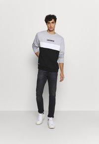 Lacoste - Sweatshirt - argent chine/noir/blanc - 1